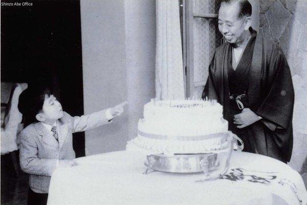 特大ケーキを指差す幼少期の安倍首相