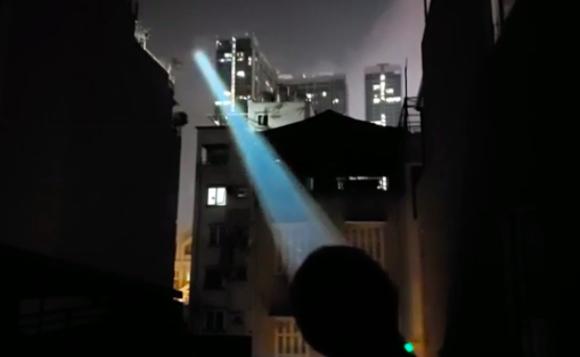 ライトセーバーかよ!2km以上離れた場所まで光が届く超強力な懐中電灯