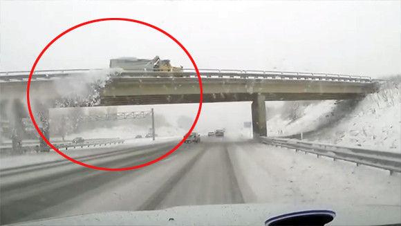 なんて日だ!陸橋をくぐろうとした瞬間、上を走行中の除雪車に雪をかけられ窓ガラスが粉砕(アメリカ)