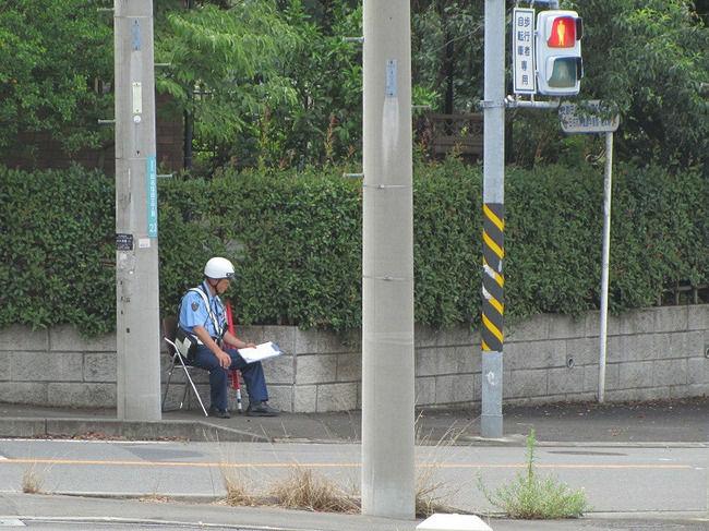チャリで信号無視して横断歩道を渡ったら、渡った先に警官がいて取締を受けたって動画を見たんだけどさ