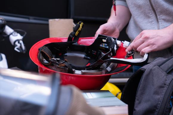 火災現場に突入した消防士にリアルタイムで方向情報を送信できるヘルメットが開発される