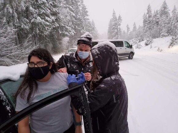吹雪で立ち往生していた車の運転手に、道端で保健所職員がコロナワクチンを接種。無駄を防ぐため(アメリカ)