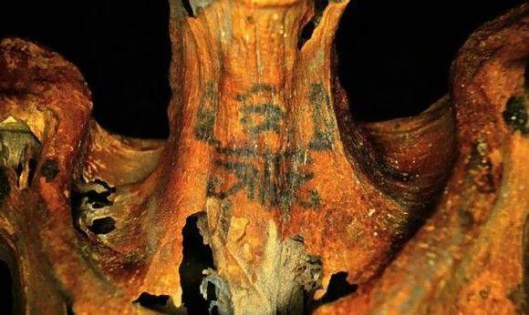 3000年前の呪術師だった可能性。奇妙なタトゥーの入った女性のミイラの正体が明らかに(エジプト)