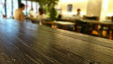 【愕然】日本人の女さん「カフェで無料の水だけで居座って何が悪いの?」→