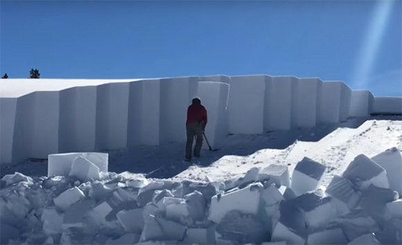 これはすごい!雪を柱状に区切りながら冷蔵庫を移動するように屋根の雪を取り除く方法