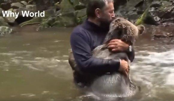 種が違ってもギュッ!ってすると伝わるね。心があたたかくなるね。人間と動物たちが抱きしめあう感動の瞬間映像総集編