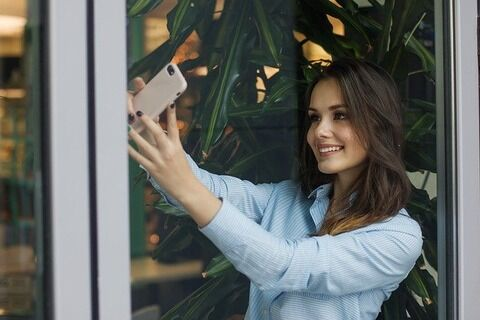 【衝撃】女さん、ガラスに写った姿をうっかり加工し忘れた結果wwwwwwww(画像あり)
