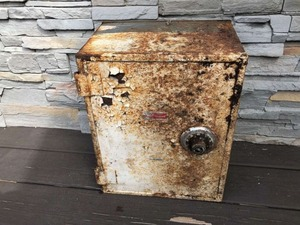 rusty_metal_box_02-1