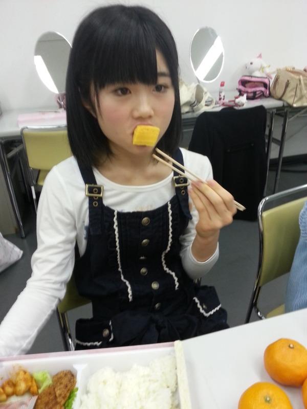 HKT48秋吉優花ちゃん 玉子焼きを食べる