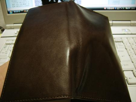 オイルを塗り終わったピカピカのヌメ革長財布
