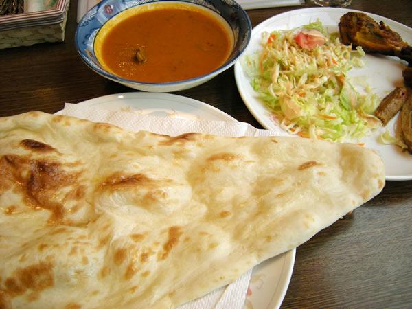 インド料理店 ナンんさの大きなナン