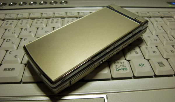 AU携帯電話 SH001シトリンゴールドの外観