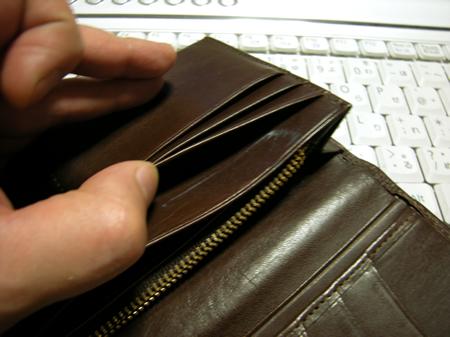ヌメ革長財布にオイルを塗ったところ