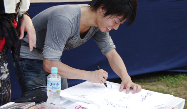 サインをする末木遼平さん
