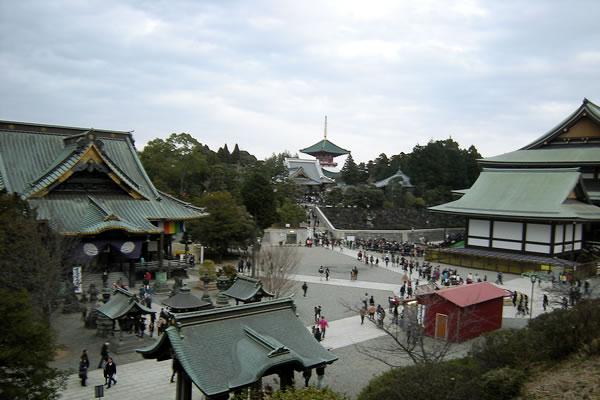大本堂第二講堂入口からの成田山の眺め