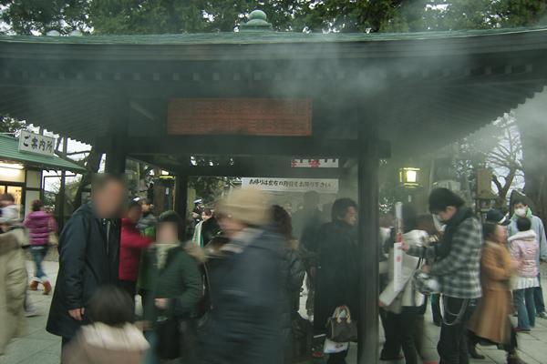 成田山新勝寺本堂前の煙