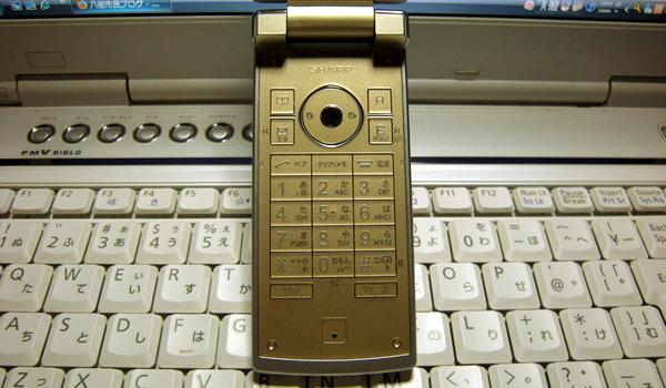 AU携帯電話 SH001シトリンゴールドのタッチパネル