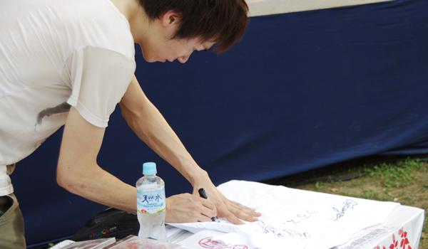 サインをする池田隆さん