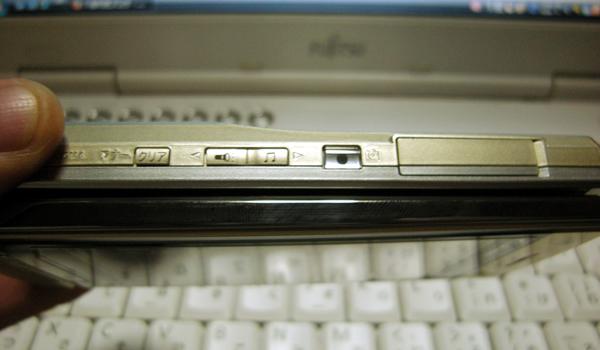 AU携帯電話 SH001シトリンゴールドの薄さ