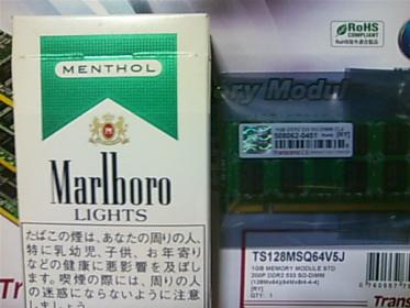 (左)タバコの箱 (右)メモリ