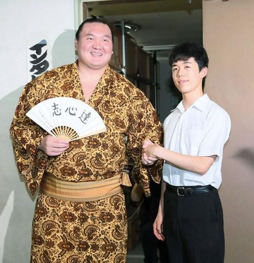 藤井聡太 四段 揮毫入 扇子 「達心志」(新品) <高級 オリジナル 桐箱付>
