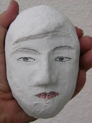 紙粘土で造った人の顔