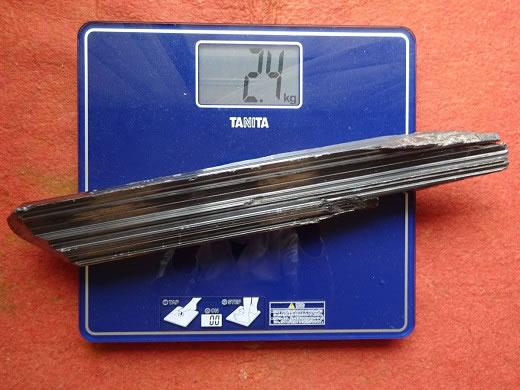 国内・国産鉱物 同和鉱山からの採取・輝安鉱 重さ2,4kg 鉱物 原石