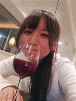 【悲報】大人気声優が自宅でワインを飲む自撮りを上げるもうっかりグラスに男が写ってしまう