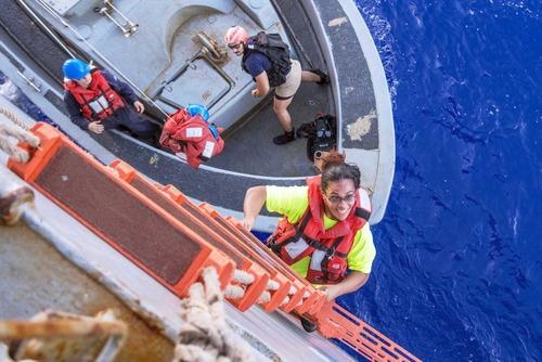 太平洋で漂流5か月、米国人女性2人と愛犬2匹を救助