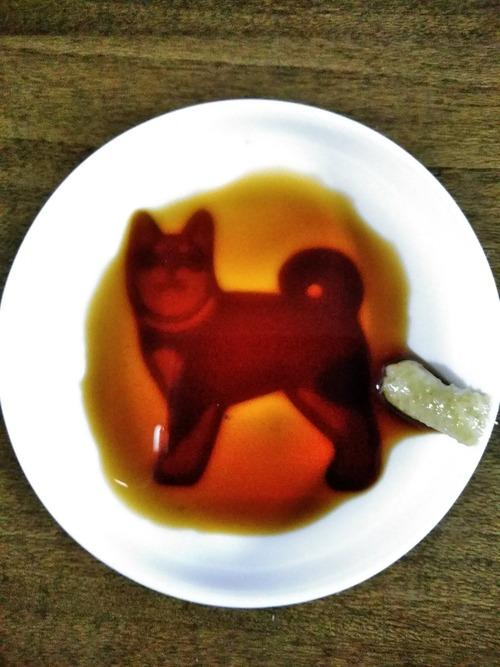 犬が浮き出る醤油皿、ワサビを出す位置を間違えると