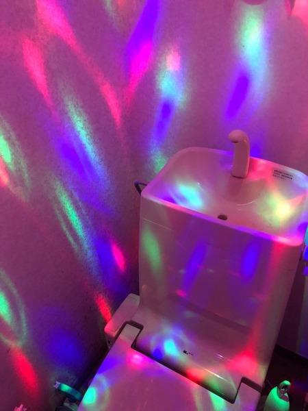 たった1000円でトイレがディスコになるという衝撃の事実3