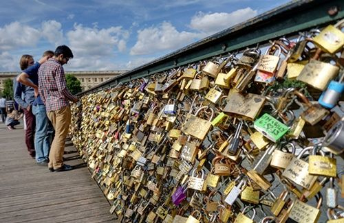 パリの橋の「愛の南京錠」がオークションに