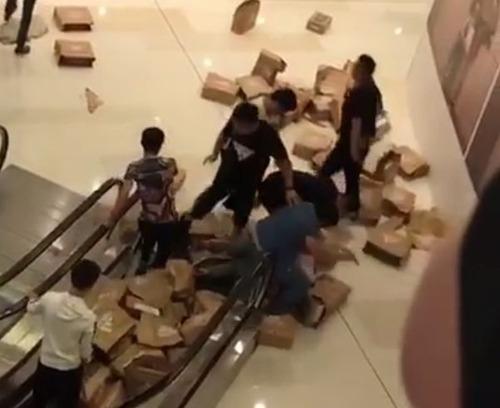 【悲報】中国人転売ヤー、ボコられるw