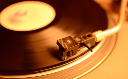 メルカリ民「曲名、アーティスト名不明の謎のレコードです」