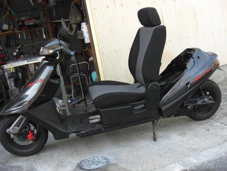ヤフオク出品者さん、バイクに車のシートを付けてしまう