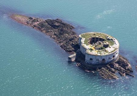 英国で沿岸要塞付きの島が売りに出される
