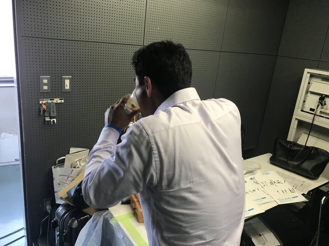 テレ朝解説の前田智徳さん、放送直前にプリンをほおばる