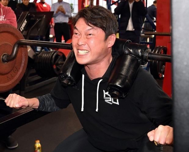広島・新井貴浩、弟の阪神・良太コーチにエールを送りつつ画像フォルダを潤わせる