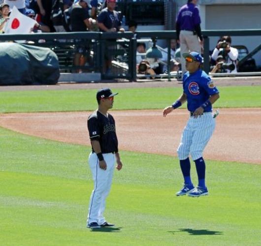 【画像】青木(左)の前でジャンプするカブス川崎