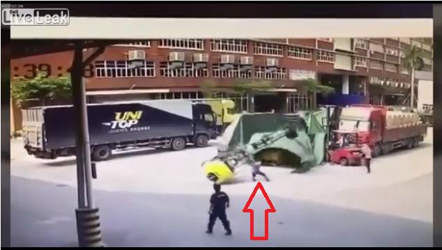 倒れ掛かったフォークリフトから飛び降りて支えようとした運転手がそのままバチュンと潰された!