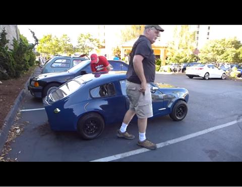 小さな車から大きな2人の男が降りてきた。どうやって乗ってたんだ?