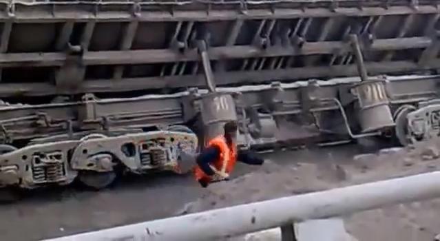貨物列車型ダンプで荷下ろし失敗で、横転し穴に落ちてしまった!