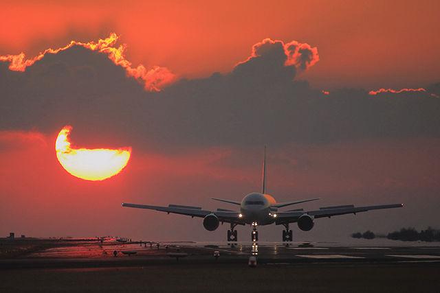夕陽と旅客機