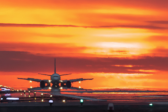 飛行機と夕陽