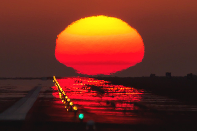 滑走路の夕陽
