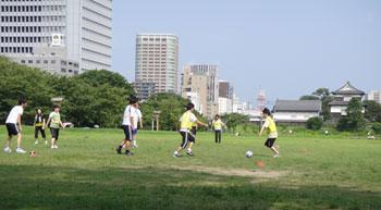 芝生で練習