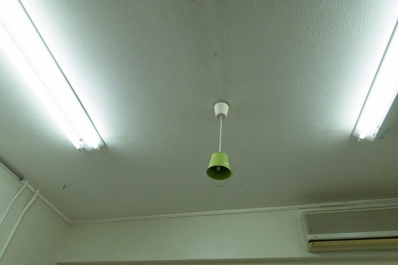 作業台、照明、商品を置くBOXみたいなの