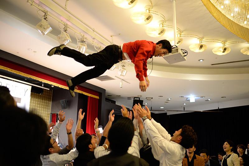 沖縄の結婚式。胴上げ。