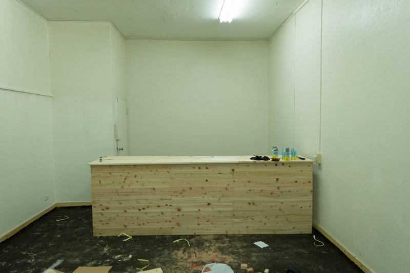 カウンター完成。ポスト色塗り完了。棚作り