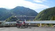ダム堤体とハンターカブ